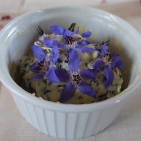 … Blütendeko auf Kräuterbutter