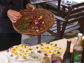 … gekochte Enteneier mit Blütendeko!