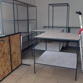 Als Auflagen dienen weiß lasierte Holzplatten
