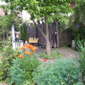 Mit Sitzplätzen ist der Garten richtig wohnlich