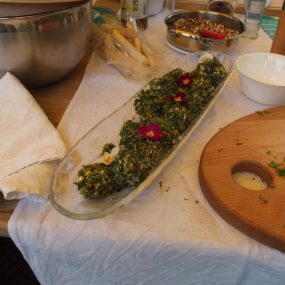 Frischkäse mit Kräuter und mit Blüten dekoriert
