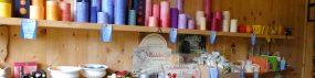 Im Gartenladen gibt es Schafmilchseifen, Stearinkerzen, feine Parfums und Vieles mehr