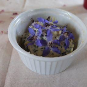 Zum Salat und selbstgebackenen Dinkelbaguette gibt es Kräuterbutter mit Borretschblüten