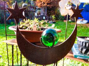 Eisenobjekt mit grüner Kugel